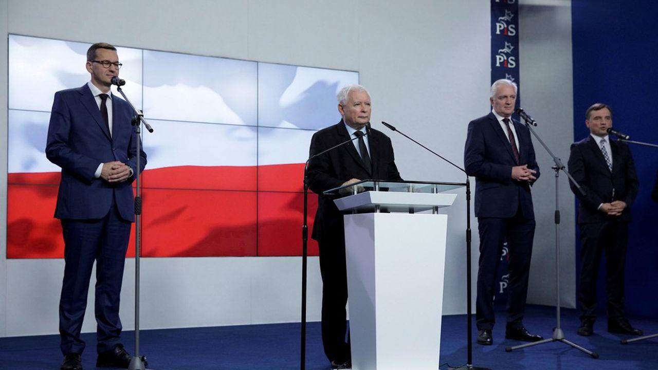 C'est le Premier ministre Mateusz Morawiecki (à gauche) qui a démis de ses fonctions le vice-Premier ministre et ministre du Développement, du Travail et de la Technologie, Jaroslaw Gowin (deuxième en partant de la droite) lui faisant perdre son étroite majorité à la chambre basse.