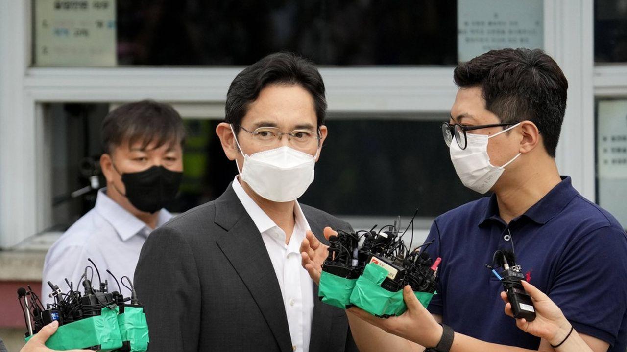 «J'ai causé trop de soucis aux gens. Je suis vraiment désolé», a déclaré devant son centre de détention dans le sud de Séoul le vice-président de Samsung Electronics.