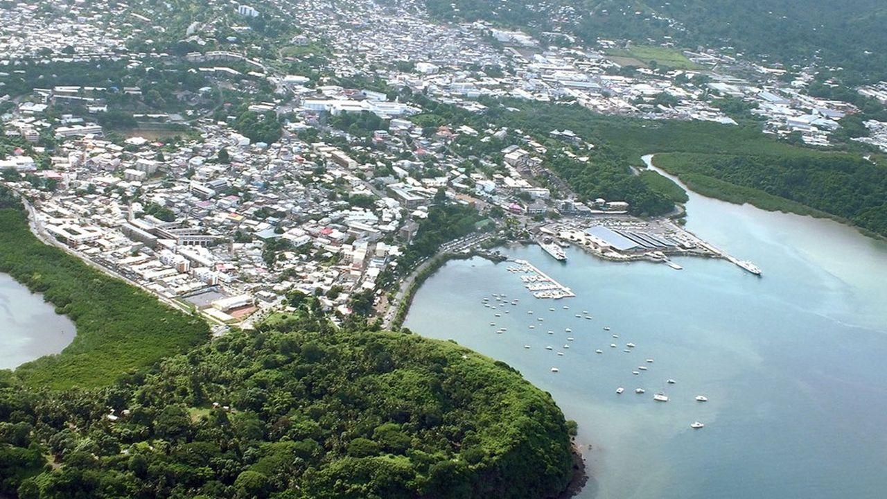 Mayotte (ici, la ville de Mamoudzou) est situéedans le canal du Mozambique, à 1.400 kilomètres et deux heures d'avion de La Réunion.