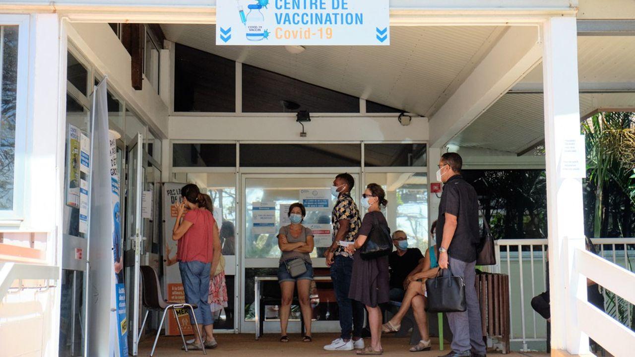 La Nouvelle-Calédonie va rendre obligatoire la vaccination pour se rendre sur son territoire. Les autorités craignent une flambée de variant Delta qui mettrait sous pression le système hospitalier de l'archipel.