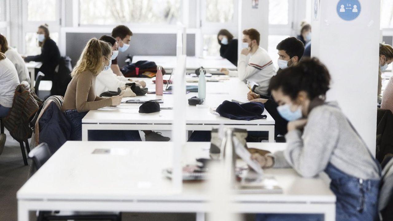 Le coût de la rentrée s'élève en moyenne à 2392€ pour un étudiant de 20 ans en licence à l'université et n'habitant pas chez ses parents, selon la Fédération des associations générales étudiantes (Fage).