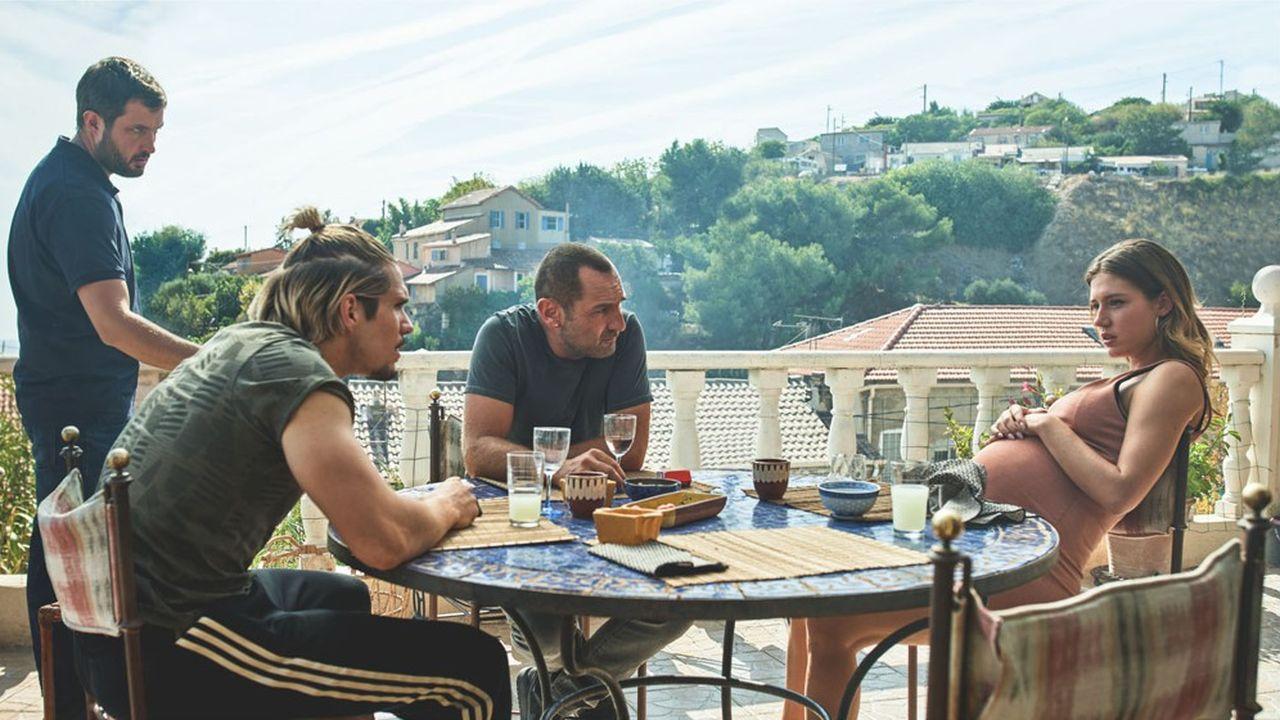 Les flics au pastis (de g. à dr.): Karim Leklou, François Civil, Gilles Lellouche et Adèle Exarchopoulos, dans «BAC Nord».