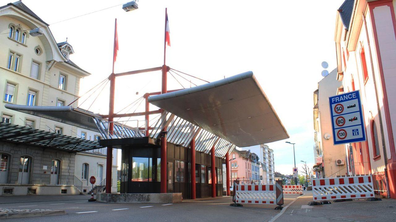 Le poste frontière de Saint-Louis (Haut-Rhin) par où passent les habitants qui travaillent en Suisse.