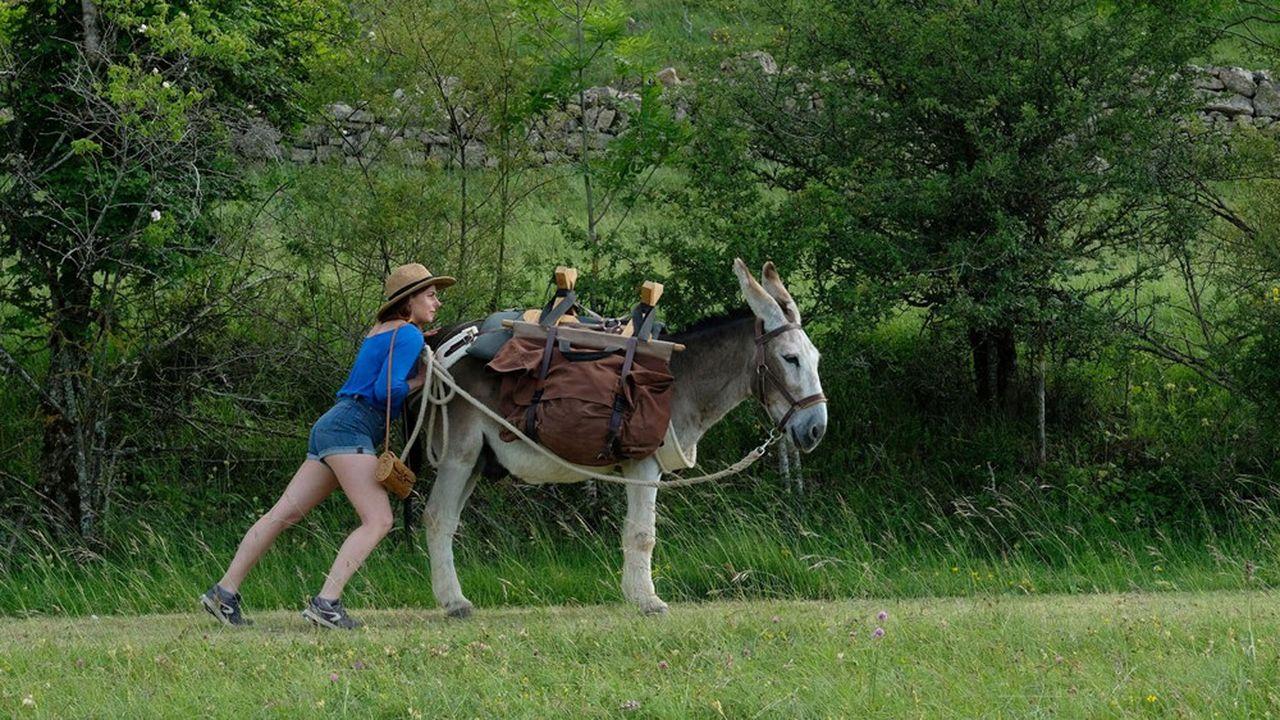 Antoinette (Laure Calamy), son sac à main et l'âne Patrick sur les traces de Stevenson.
