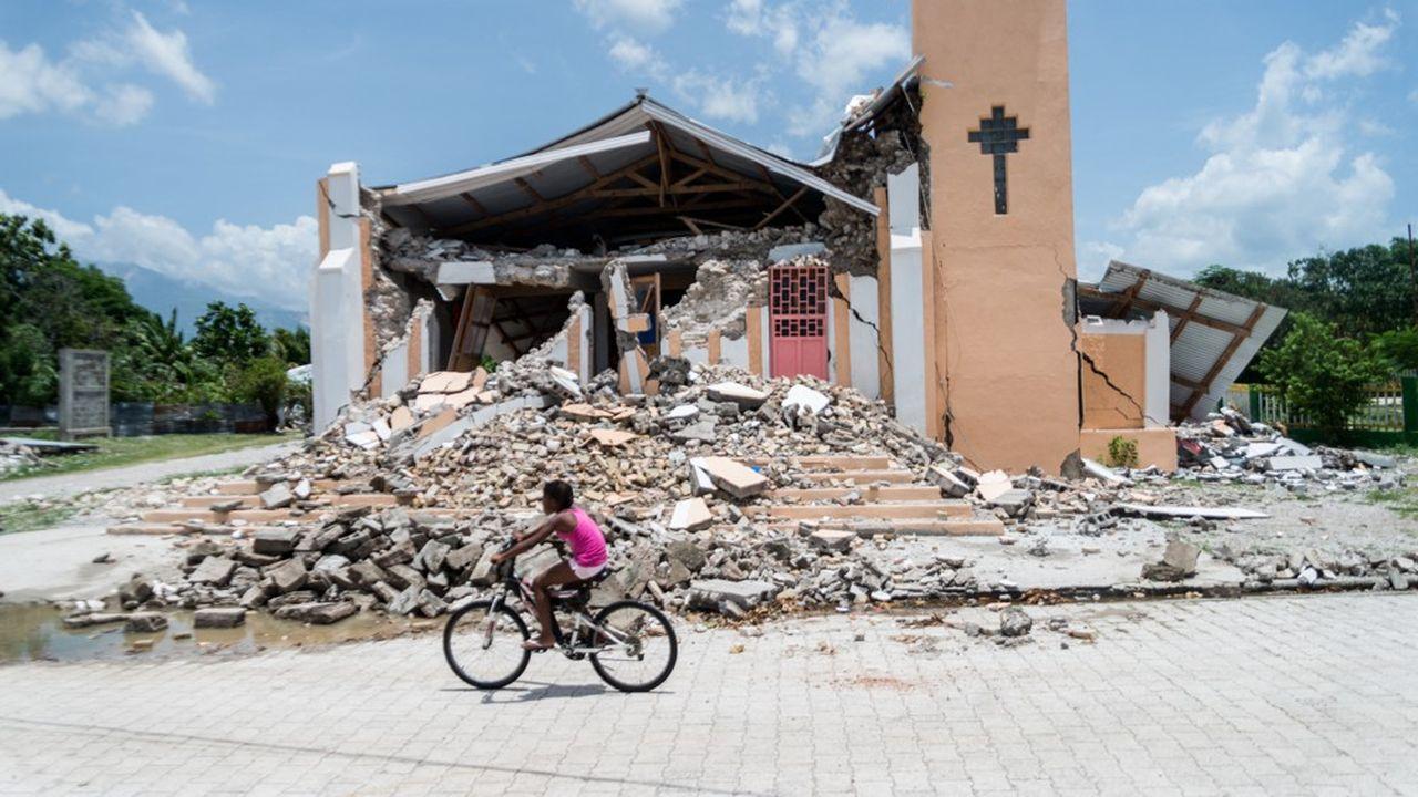Selon la protection civile haïtienne, près de 54.000 bâtiments ont été détruits et plus de 77.000 maisons ont été endommagées.
