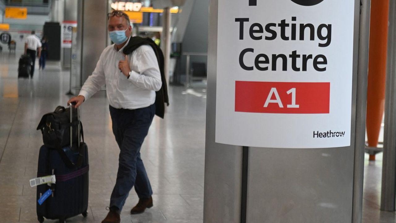 Pour se protéger de nouveaux variants, le Royaume-Uni impose aux voyageurs de réaliser un test PCR deux jours après l'entrée sur le territoire.