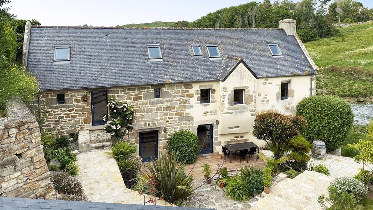 Le moulin est dressé sur une parcelle de 800m² en bord de mer, à Portsall, en Bretagne.