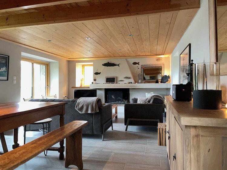 L'intérieur du moulin, entièrement rénové, offre de beaux volumes pour un total de 170m2 habitables.