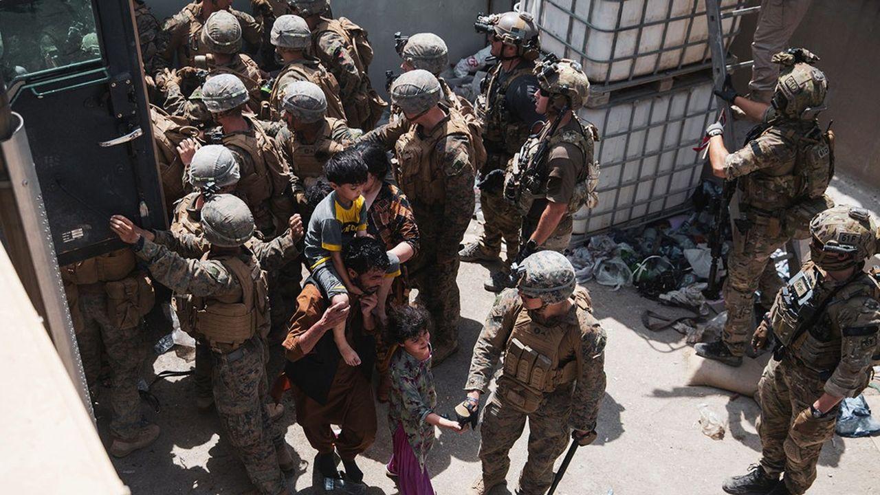 Des soldats américains et norvégiens gardent l'entrée de l'aéroport de Kaboul où se pressent toujours des milliers d'Afghans désireux de quitter le pays.