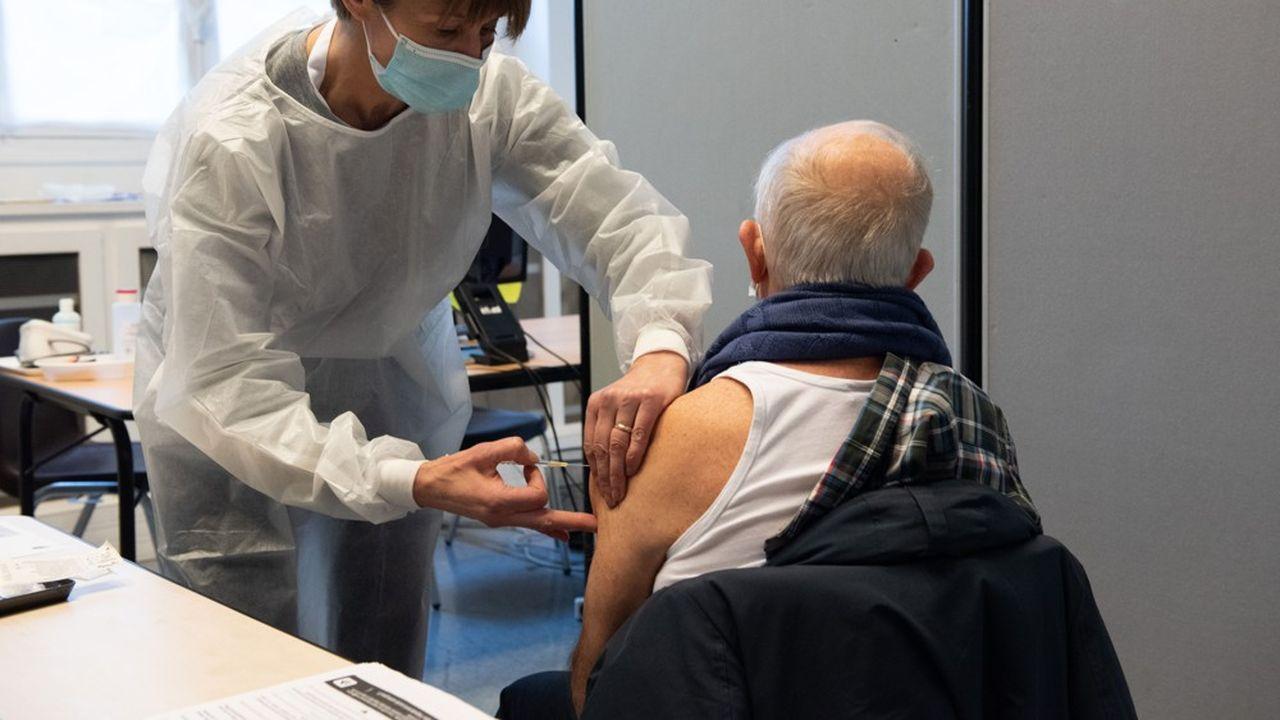 Les personnes âgées d'au moins 65 ans ou souffrant de comorbidités, public-cible du vaccin contre la grippe, sont appelées à se refaire vacciner contre le Covid.