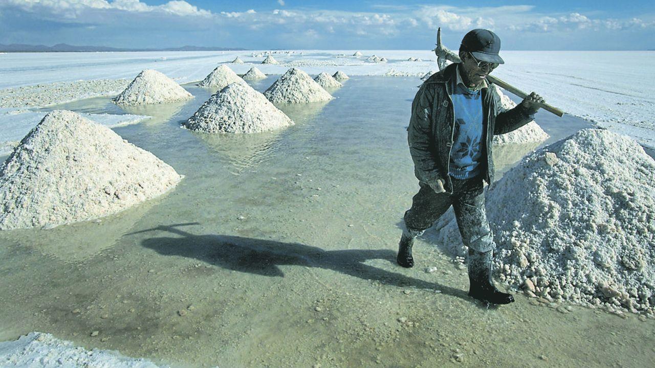 La production de lithium en Amérique latine passe par l'évaporation des saumures pour concentrer l'or blanc. Ici, en Argentine, dans le salar de l'Homme mort.