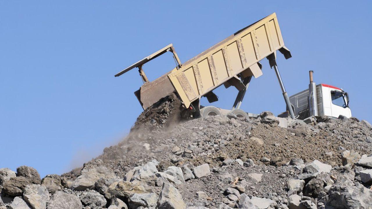 L'installation du centre aurait rendu nécessaires des allers-retours, pendant plusieurs mois, d'une noria de camions apportant la terre.