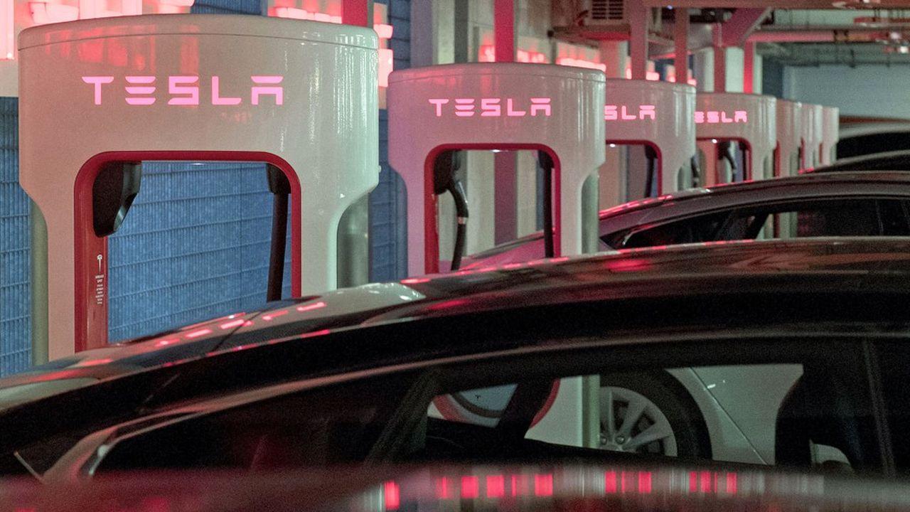 Le réseau de recharge rapide, jusqu'ici réservé aux possesseurs de Tesla, comptait fin juin 2.966 stations (essentiellement aux Etats-Unis), pour 26.900 bornes de recharge.