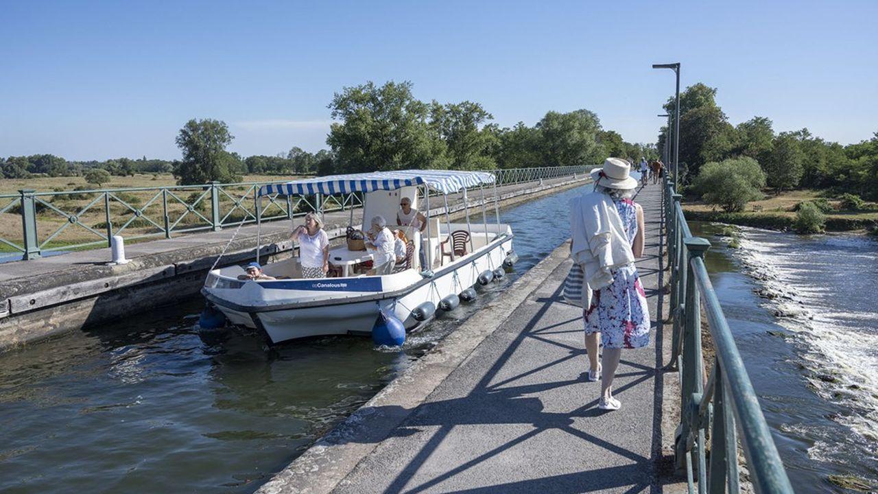 Construit entre1834 et1838 et d'une longueur de 243 mètres, le pont-canal de Digoin surplombe la Loire.