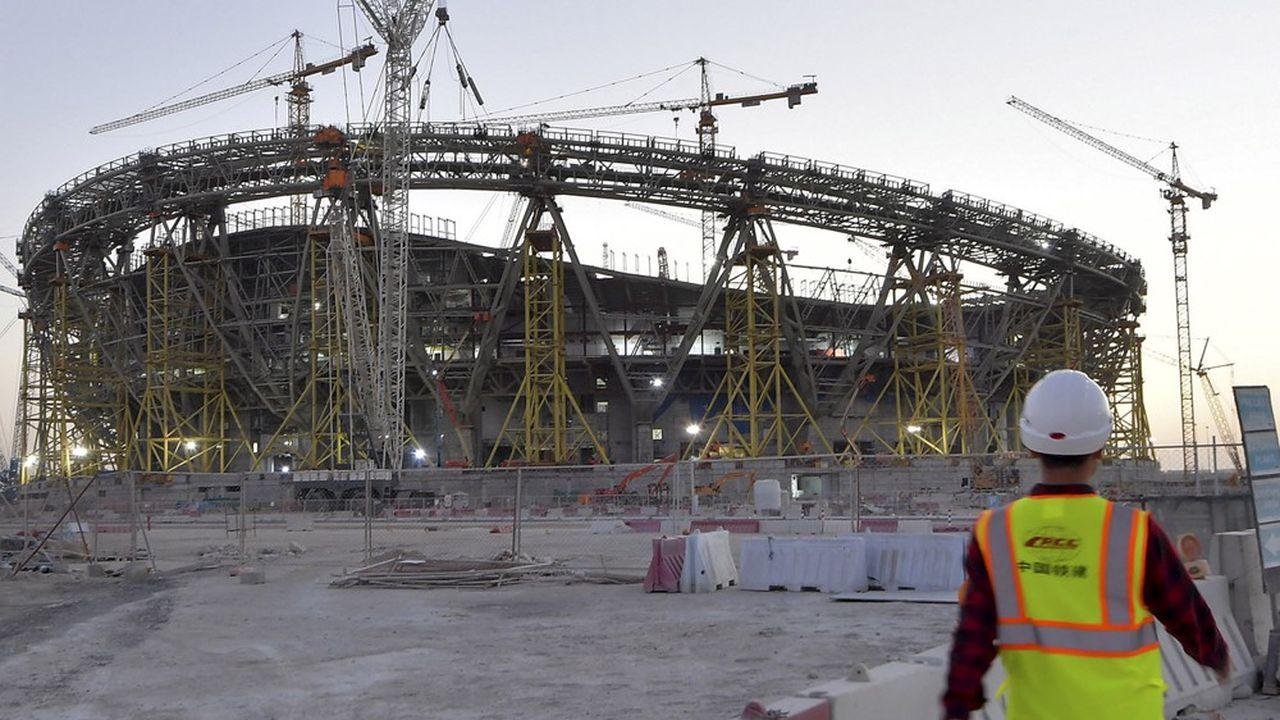 Plusieurs milliers de travailleurs immigrés seraient morts sur les chantiers de la coupe du monde 2022.