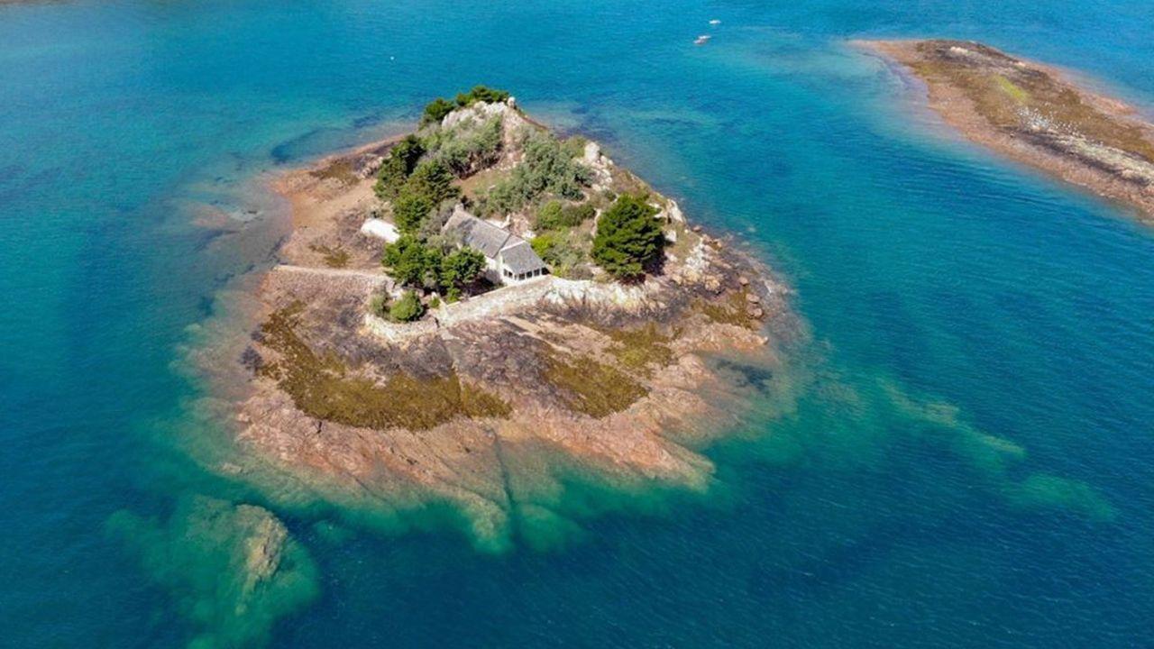 Proche de l'archipel de Bréhat, cette île privée est proposée à 1,6 million d'euros.