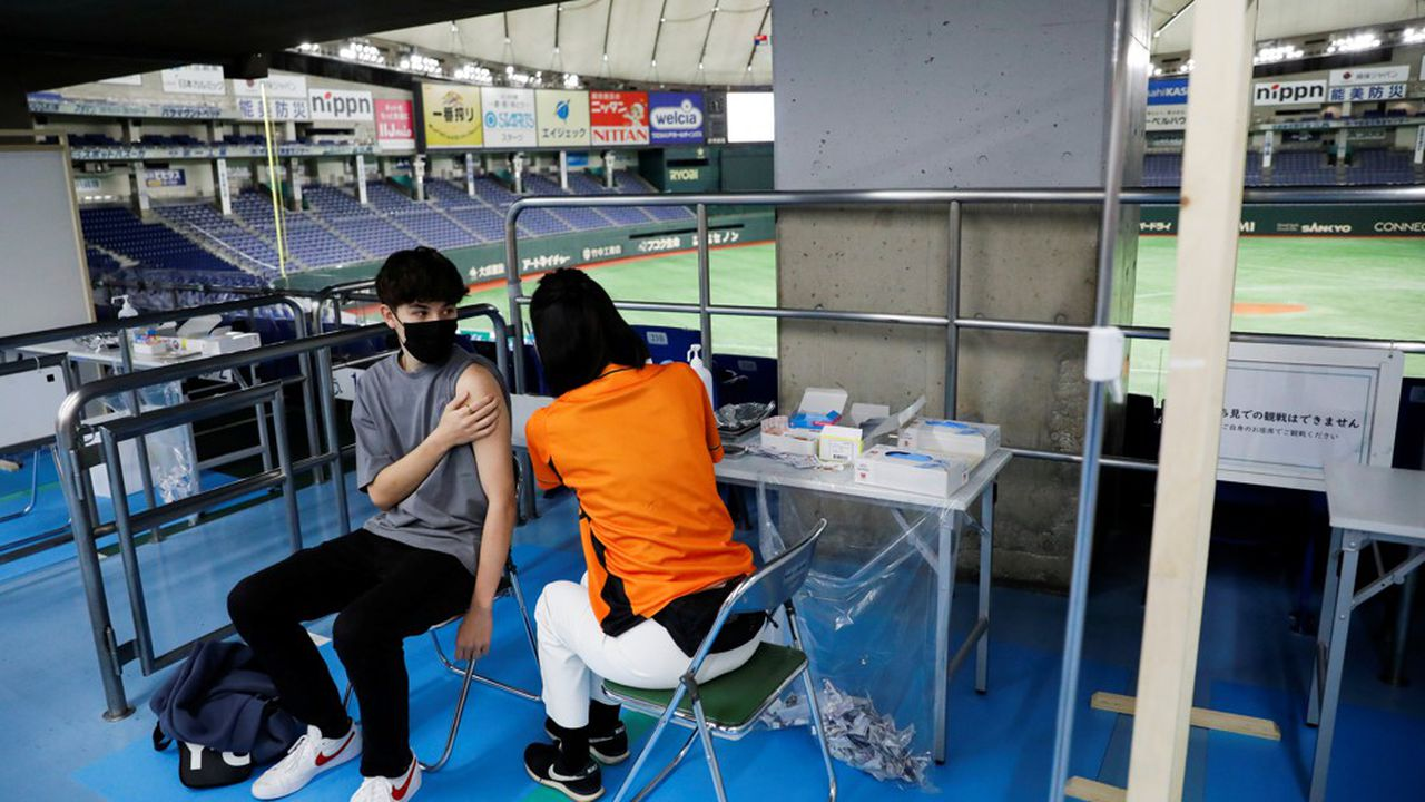After a sluggish start, the Japanese vaccine campaign has accelerated and 44% of the population has already received their two doses.