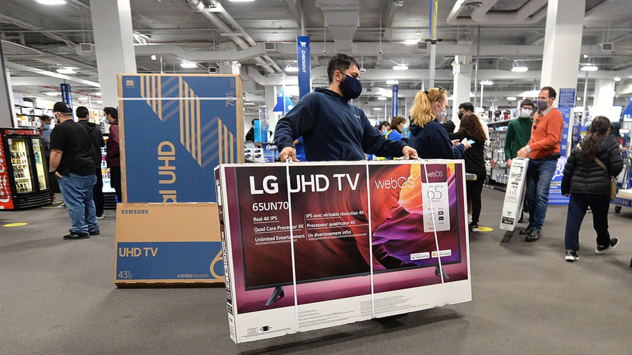 Une détente est probable, sauf si les consommateurs décident de multiplier les écrans de télévision et les ordinateurs ou de remplacer ceux récemment acquis (ici, dans un magasin new-yorkais lors du Black Friday).
