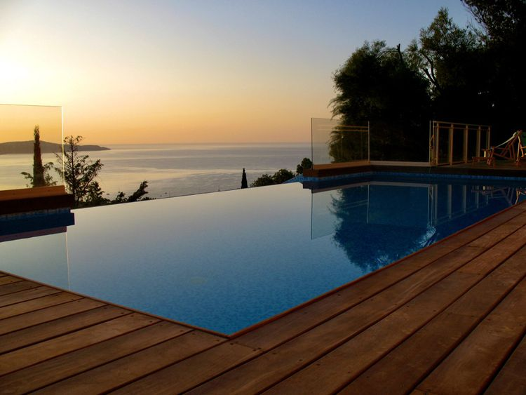 La piscine à débordements bénéficie d'une vue dégagée sur la Méditerranée.