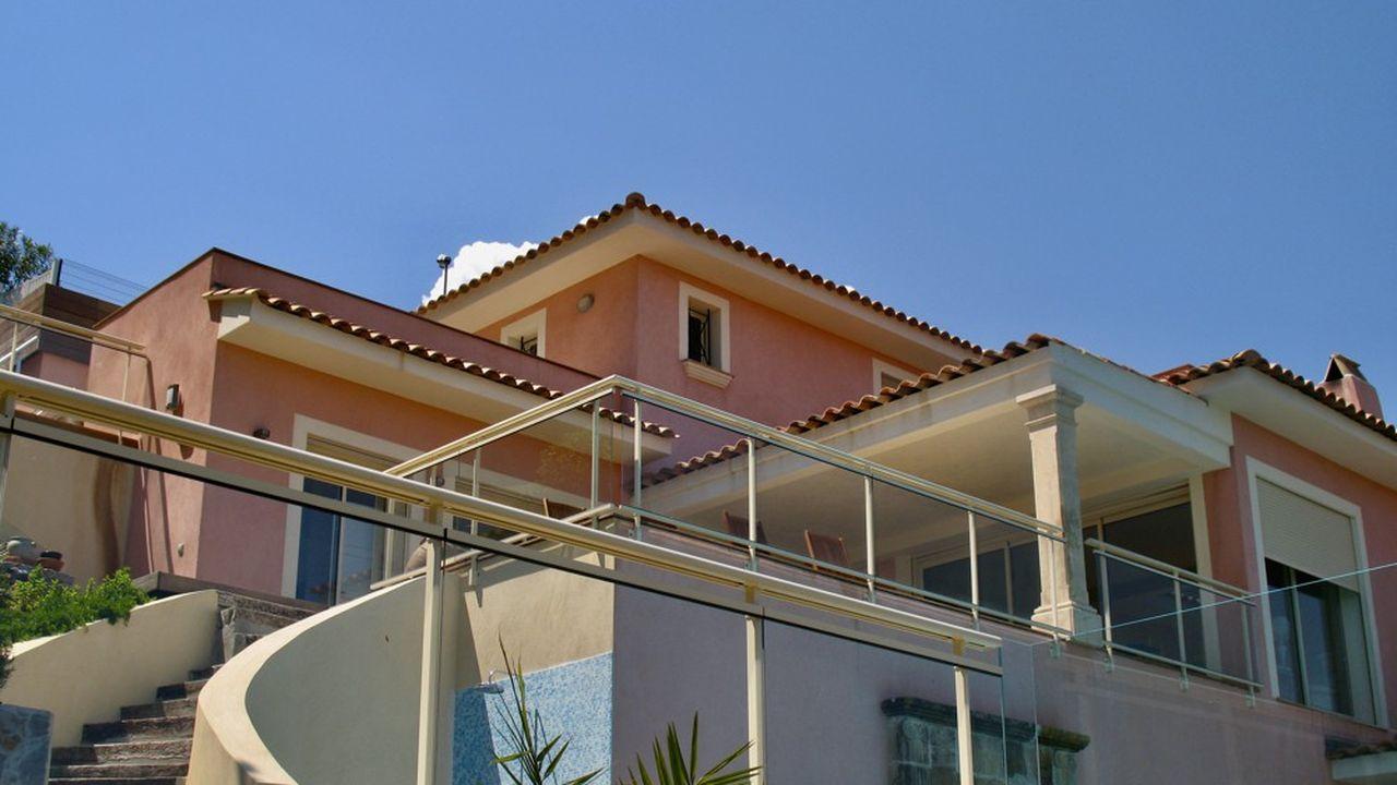La villa de 280m² dispose de quatre chambres et autant de salles de bains.
