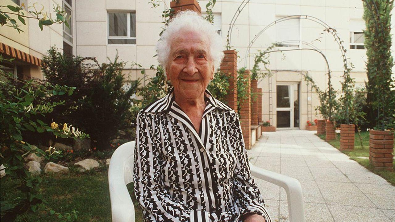 Jeanne Calment, ici à l'occasion de l'anniversaire de ses cent vingt ans, en février1995, détient le record de longévité. Doyenne de l'humanité, elle est décédée en 1997 à l'âge de 122ans.
