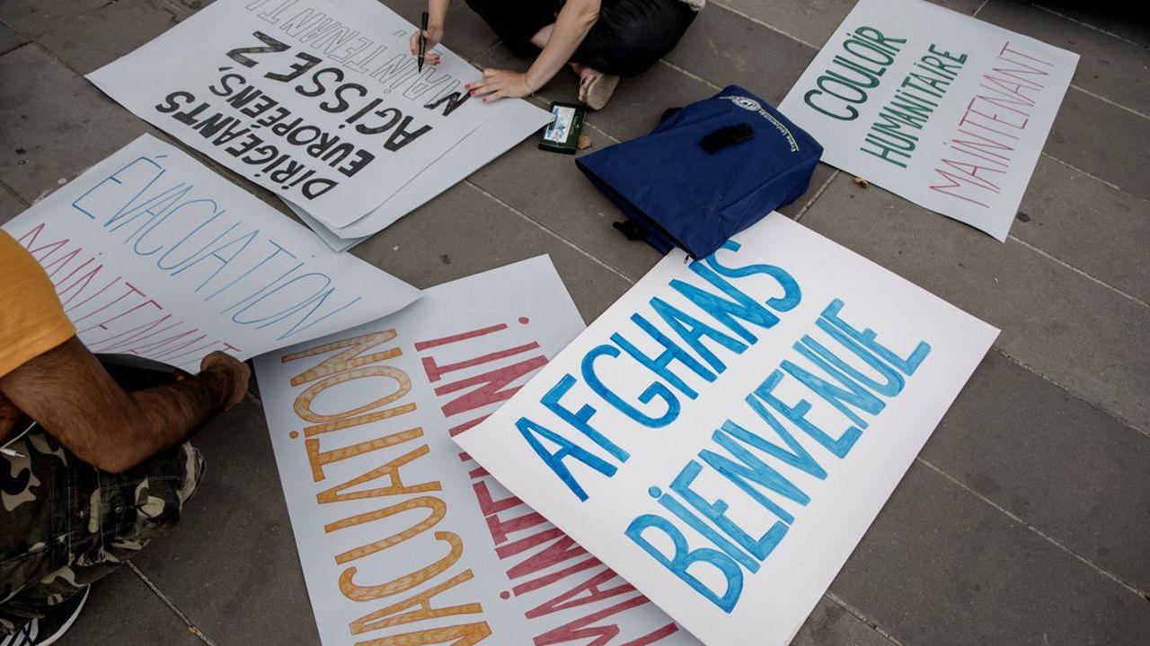 Des pancartes brandis par des associations de soutien aux Afghans durant la manifestation à la Place de la République à Paris, le 22 août 2021.