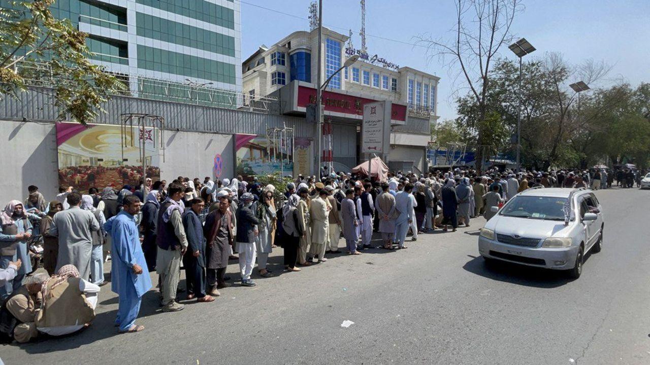 Des Afghans font la queue devant une banque à Kaboul le 01 septembre pour y retirer de l'argent liquide. Les talibans vont tenter d'assurer la stabilité financière et d'éviter un effondrement de leur système bancaire.