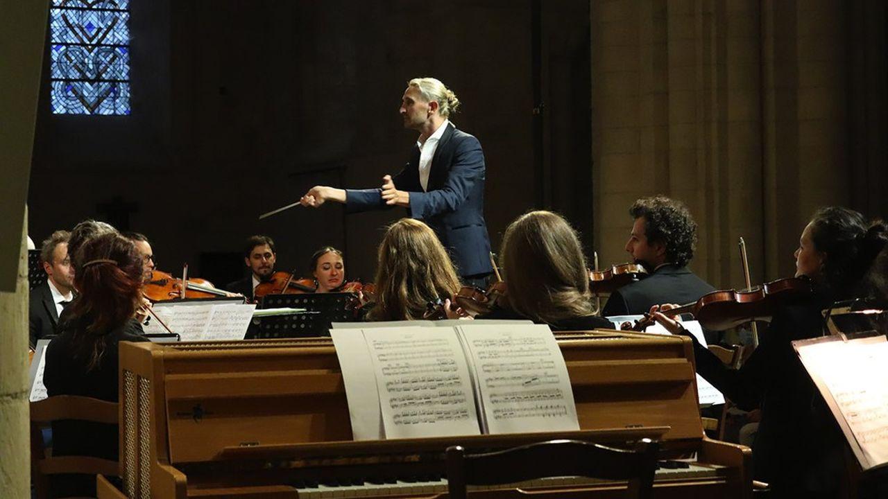 Clément Mao-Tacaks dirigeant le Secession Orchestra.