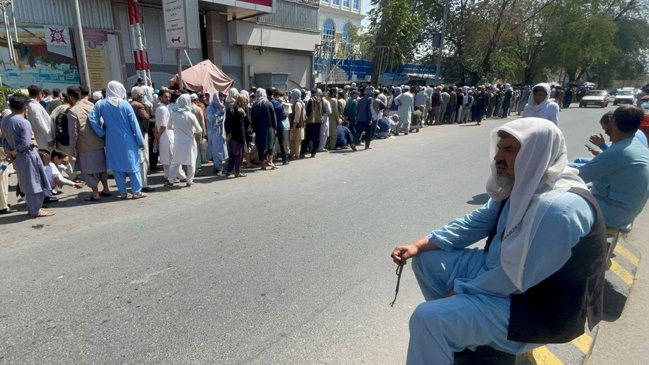 Avant la prise de Kaboul par les talibans, les Afghans avaient fait la queue devant leur banque pour retirer de l'argent liquide.