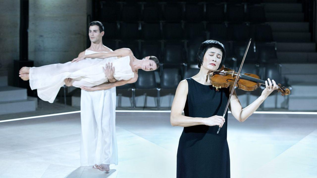 «Bach 6 Solo» de Robert Wilson et Lucinda Childs, interprété par la violoniste Jennifer Koh.