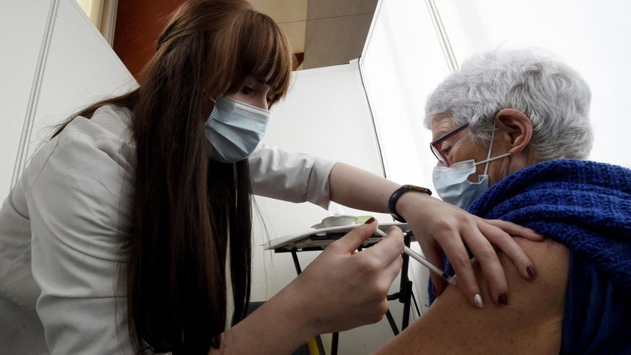 Le taux de vaccination des plus de 80 ans est moins élevé en France que chez de nombreux voisins européens.