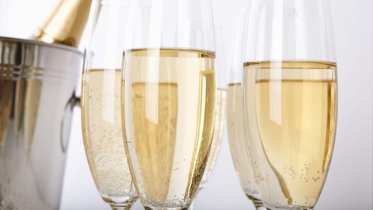 De janvier à juin, les expéditions totales de champagne, toutes destinations confondues, ont bondi de 48%, à 113,9millions de bouteilles.