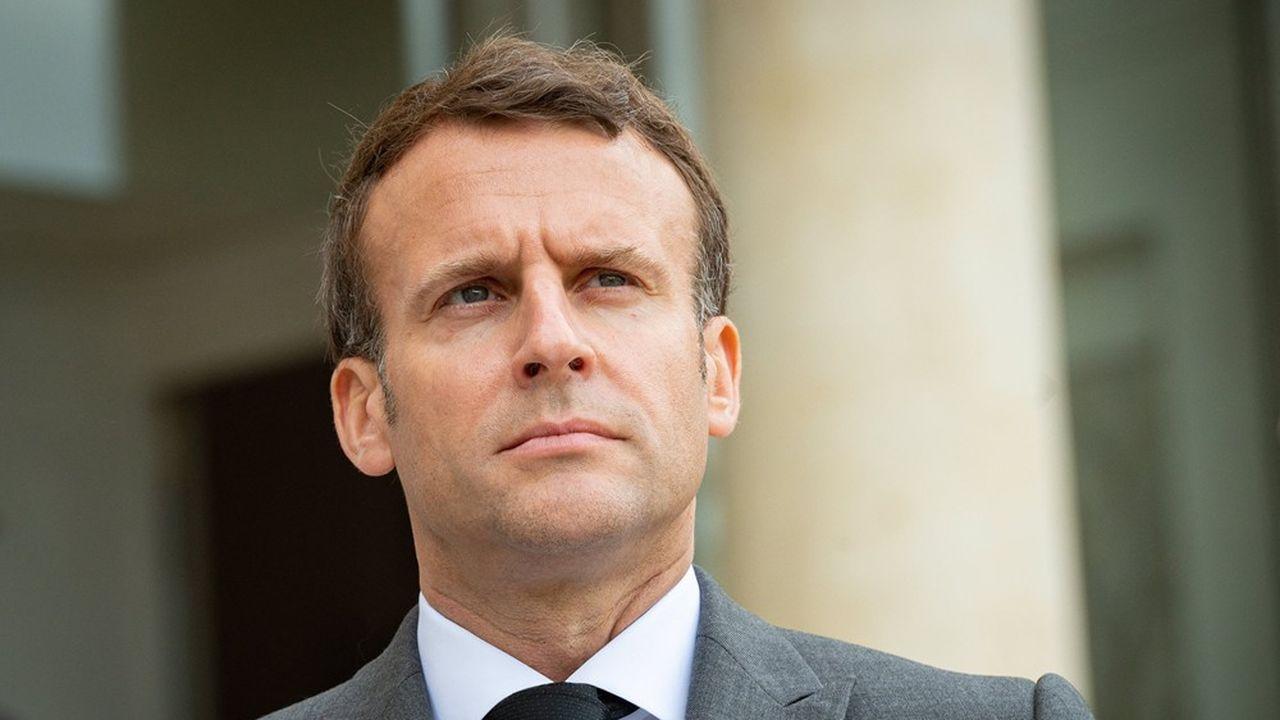 Emmanuel Macron souhaite supprimer les régimes spéciaux et instaurer la retraite à 1.000euros minimum pour une carrière complète.