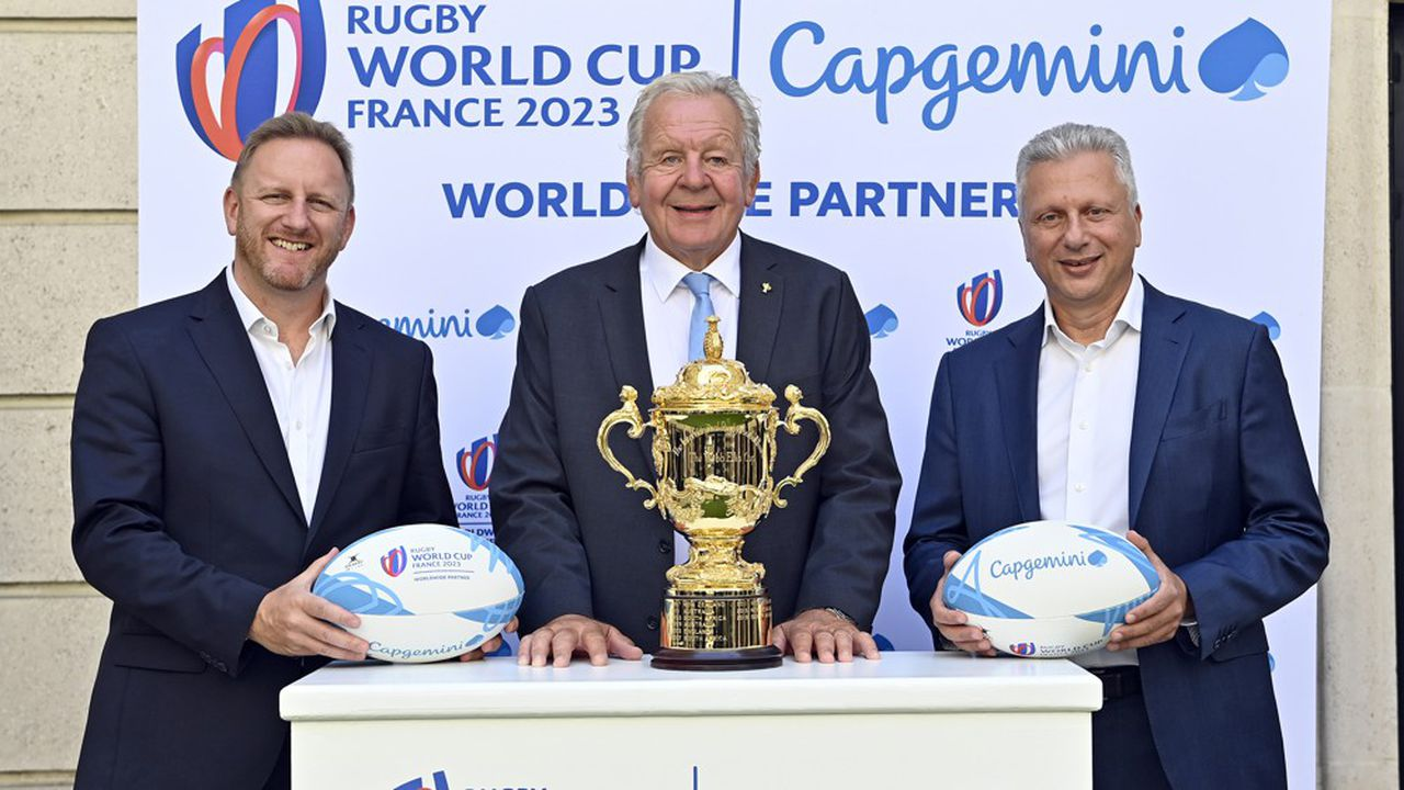 Le patron de Capgemini Aiman Ezzat (à droite), accompagné du CEO de World Rugby Alan Gilpin, et du président de l'instance, Sir Bill Beaumont.