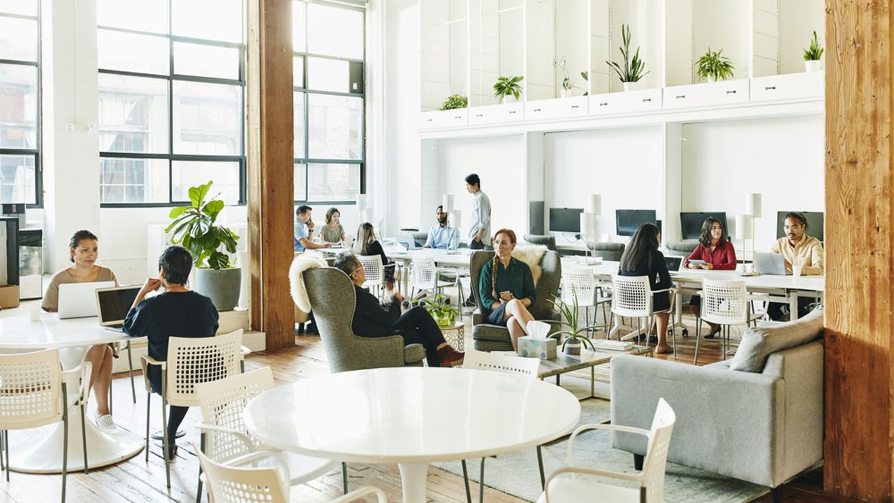 Le bureau à l'heure du télétravail doit être un lieu favorisant l'échange et la collaboration en équipe.