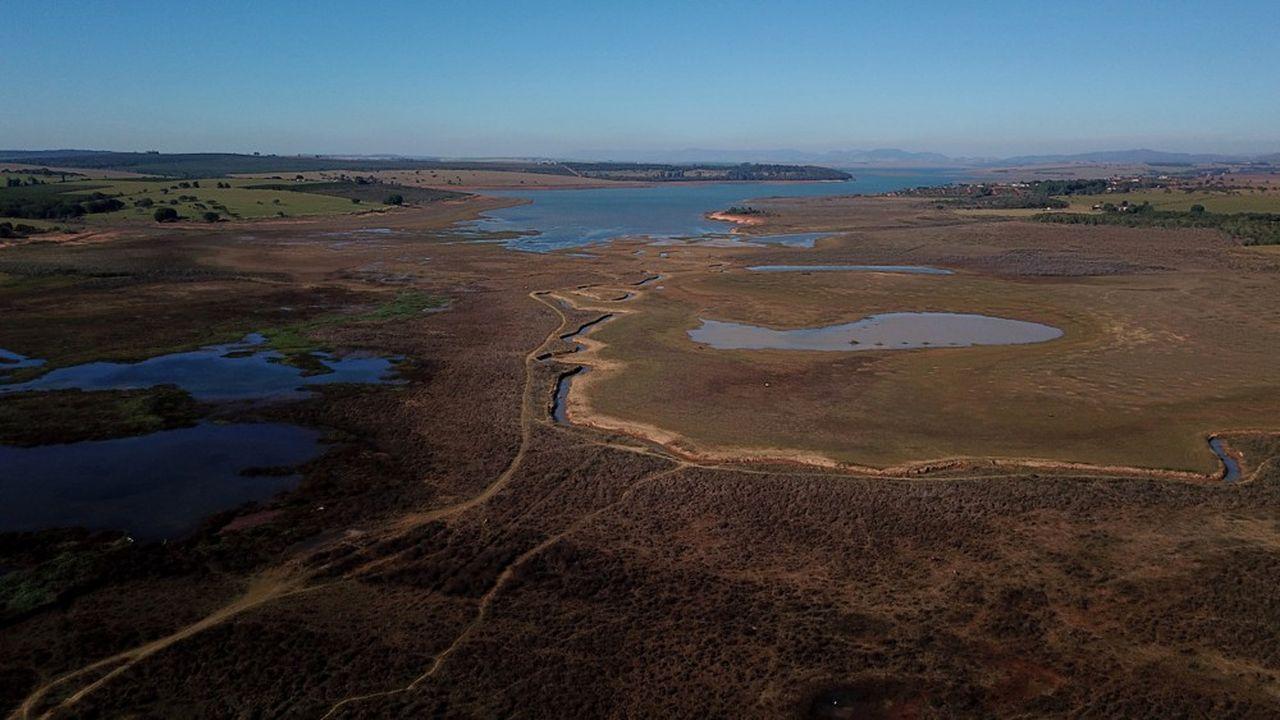 Le grand réservoir de la centrale de Furnas est presque à sec.