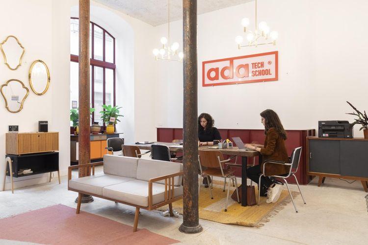 Aujourd'hui, les locaux situés dans le 4earrondissement de Paris se partagent entre les sept employées, les 60 élèves en formation, avec l'aide de 10 formateurs en freelance.