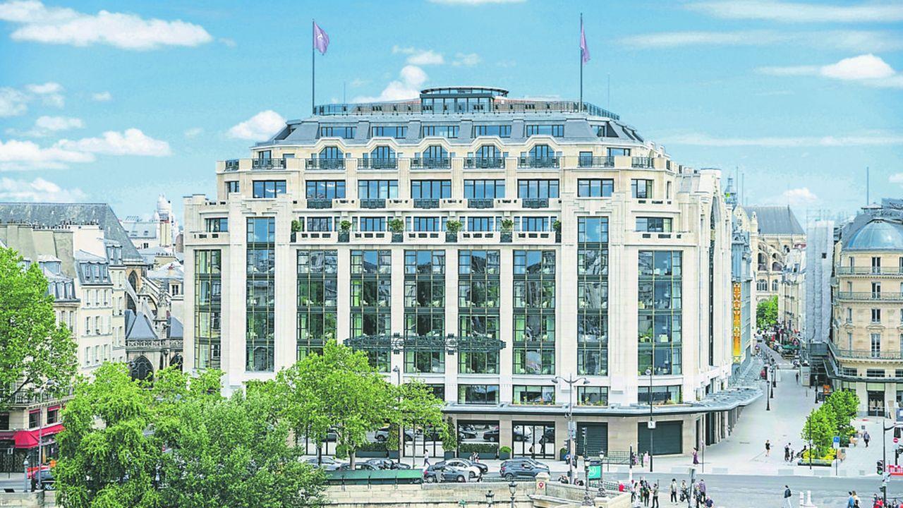 L'hôtel Cheval Blanc occupe le bâtiment art déco de la Samaritaine, au coeur de Paris, le long de la Seine.