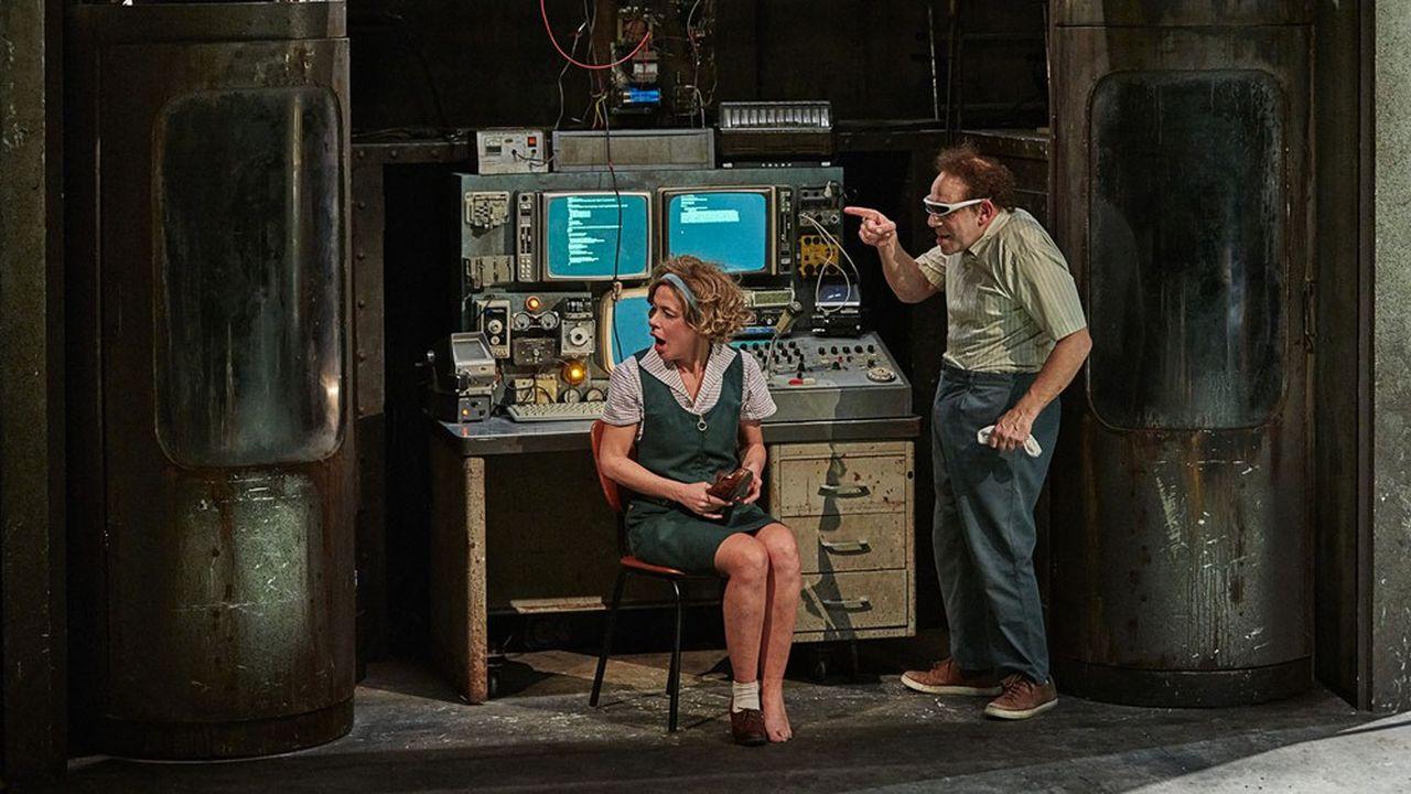 L'inventeur fou, Robert Ventroux (Christian Hecq), dévoile sa machine infernale à sa dulcinée, Marie-Pierre (Valérie Lesort).