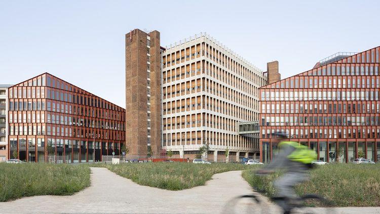 Sur le nouveau campus « Orange Lumière » d'Orange à Lyon, les 3.000 salariés évoluent dans un bâtiment paysage composé d'un ancien central téléphonique réhabilité et augmenté de deux extensions à la géométrie collinaire
