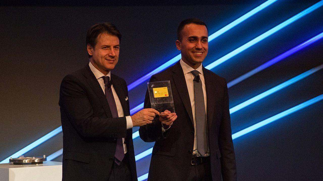 Le ministre du travail Luigi Di Maio (à gauche) et le président du conseil de l'époque, Giuseppe Conte, lors de la présentation de la nouvelle carte donnant droit au nouveau revenu de citoyenneté le 4février 2019, à Rome.