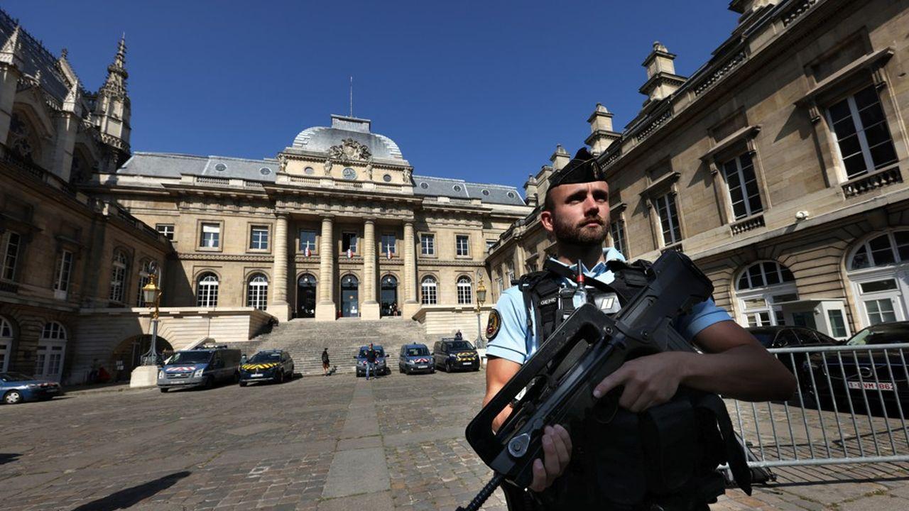 Pendant plus de huit mois, des forces de l'ordre, visibles ou non, seront mobilisées pour assurer la sécurité des quelque 1.800 parties civiles, 330 avocats, des magistrats et des accusés.