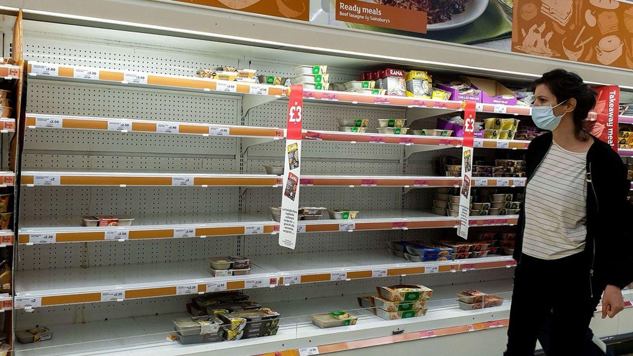 Au Royaume-Uni, les pénuries sont préoccupantes au point que les chaînes de supermarché ont commencé à constituer leurs stocks pour les fêtes de fin d'année.