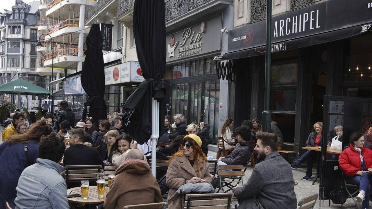 Des jeunes attablés à une terrasse de café à Bruxelles.