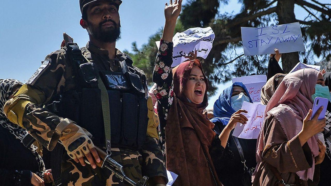 Des manifestants, en majorité des femmes, ont protesté mardi à Kaboul devant l'ambassade du Pakistan, accusé de soutenir les talibans.