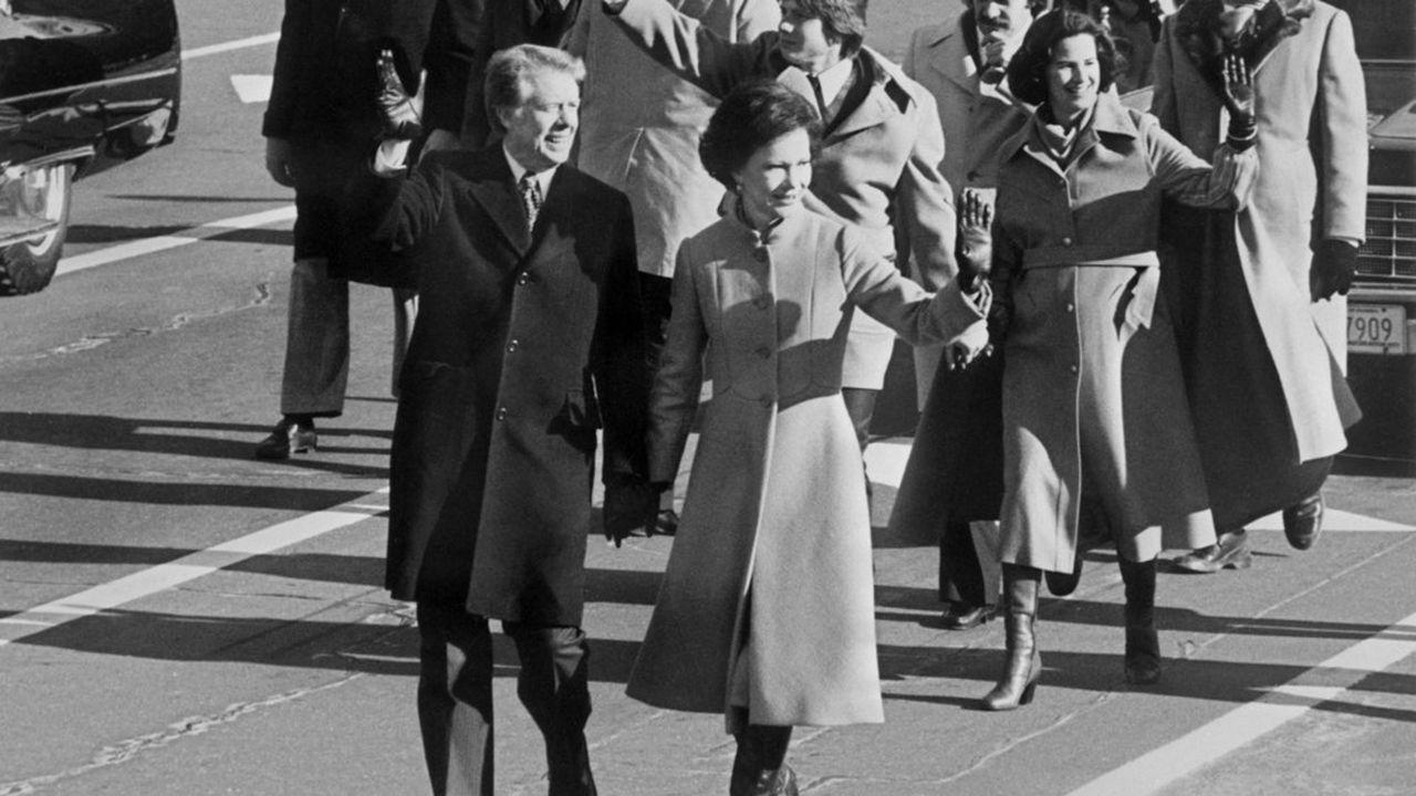 Le président des Etats-Unis, Jimmy Carter, accompagné de sa femme, à Washington, le 21janvier 1977, lors de la cérémonie d'investiture.