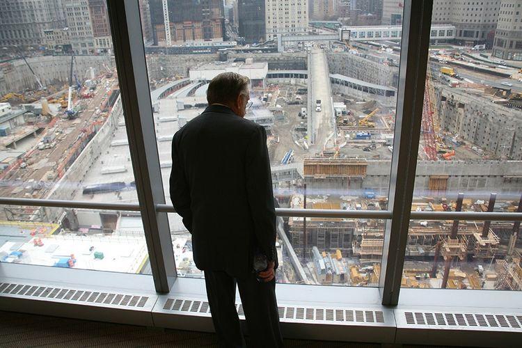Le promoteur immobilier Larry Silverstein regarde le chantier de Ground Zero en 2006, depuis une fenêtre du bâtiment situé au 7 World Trade Center.