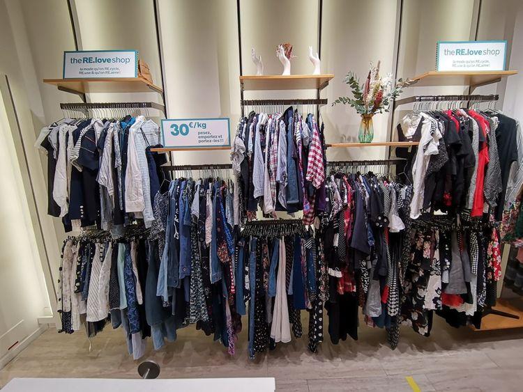 Un «Re. Love Shop» Pimkie. Dans chaque magasin se trouve une balance et les clients achètent au poids. Il faut compter 30euros le kilo l'été, 20euros l'hiver. Les vêtements sont principalement issus de marques japonaises, «reconnues pour leur qualité et leur durabilité», précise Quitterie Barennes, responsable RSE de la marque.