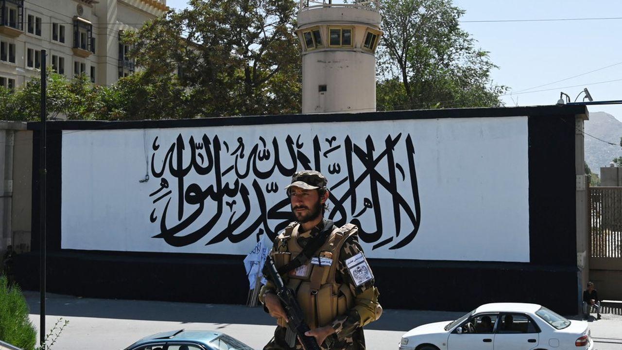 Un taliban membre des «forces spéciales» devant l'ambassade des Etats-Unis à Kaboul le 8septembre 2021.