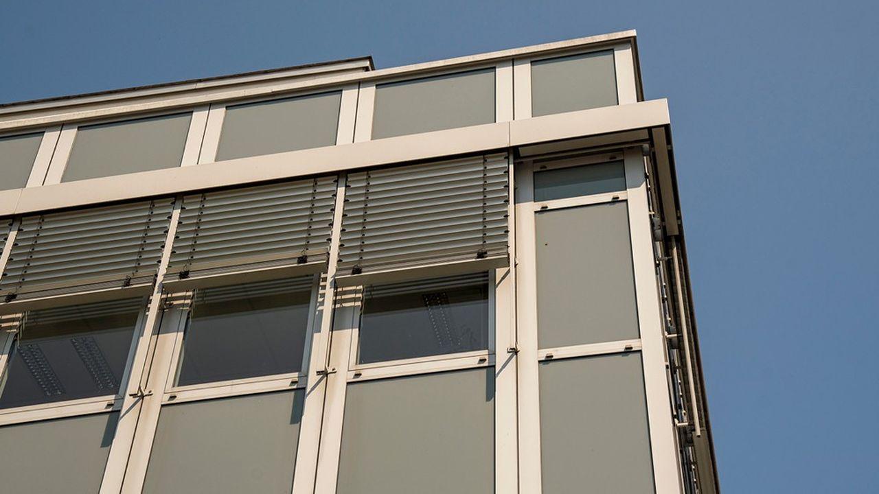 Il est possible de réduire la température intérieure de 2 °C à 5 °C en été, simplement en s'équipant de stores ou volets.